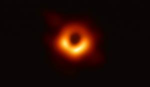 Première image d'un trou noir supermassif